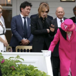 YOSHIKIにまさかのハプニング!エリザベス女王にスカーフ。謝罪画像